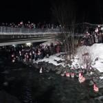 Menschenmenge beim Wasser